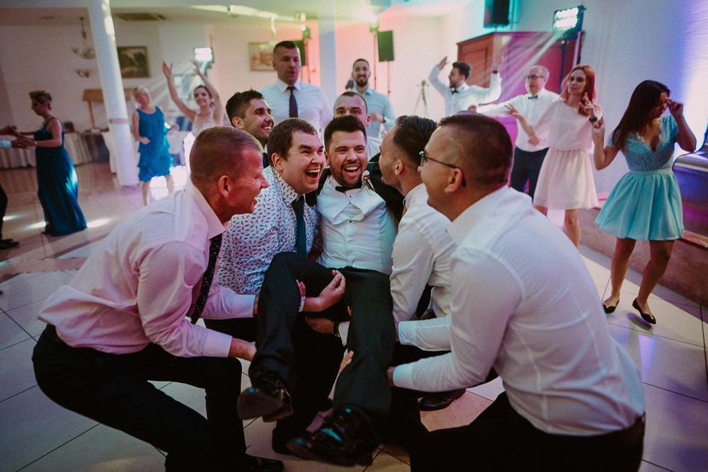 wesele autos solec, miejsca na sesję w toruniu, fotograf ślubny toruń